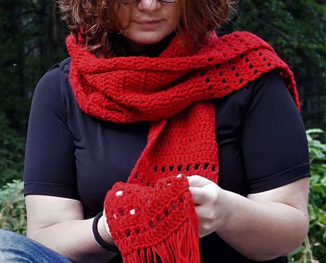 Дълъг червен шал с ресни