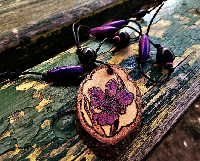 Дървено колие с лилава орхидея-1