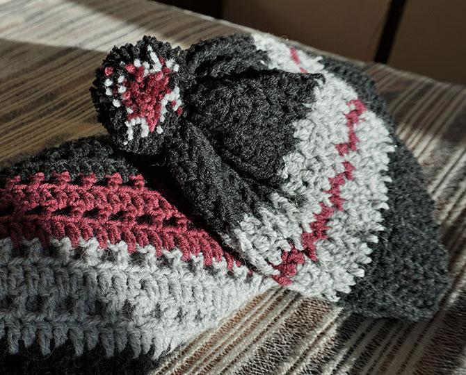 Плетена шапка в сиво и лилаво-2
