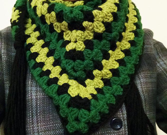 Триъгълен шал с пискюли в зелено и черно